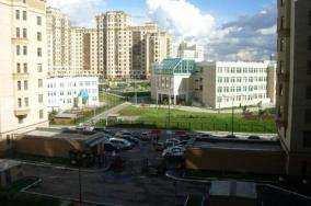 Vid-s-balkona-v-spalne-vo-dvor-na-shkolu-detskiy-sad-kopiya